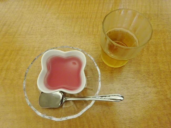 湯上がりサービスのゼリーと麦茶